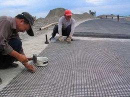 玻纤格栅表面经过沥青处理可以更好的与路面结合